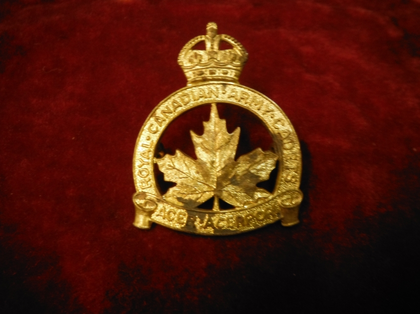 CWH-0004 WWII Canadian Royal Canadian Army Cadets Cap Badge - WWII